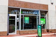 Το Φεβρουάριο του 2018 της Ινδιανάπολης - Circa: H&R λιανική θέση φορολογικών προετοιμασιών φραγμών Ο φραγμός λειτουργεί 12.000 θ Στοκ Εικόνες