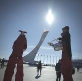 Το Φεβρουάριο του 2014 - Sochi, Ρωσία - οι κλόουν διασκεδάζουν τους φιλοξενουμένους των Ολυμπιακών Αγωνών το 2014 παγκόσμιου χειμ Στοκ Φωτογραφία