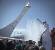 Το Φεβρουάριο του 2014 - Sochi, Ρωσία - ο κλόουν διασκεδάζει τους φιλοξενουμένους των Ολυμπιακών Αγωνών το 2014 παγκόσμιου χειμών Στοκ Φωτογραφία