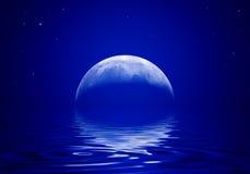 Το φεγγάρι απεικονίζεται σε ένα κυματιστό νερό Στοκ φωτογραφία με δικαίωμα ελεύθερης χρήσης
