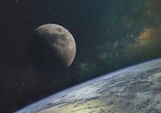 το φεγγάρι ενάντια στο γαλακτώδη τρόπο και οι ακτίνες του ήλιου στο άπειρο διάστημα του κόσμου στην τροχιά της γης Στοιχεία του θ ελεύθερη απεικόνιση δικαιώματος