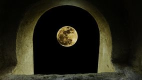 το φεγγάρι θαμπάδων κοιτάζει μέσω μιας σήραγγας στοκ εικόνα