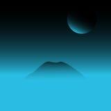 Το φεγγάρι και η τοπ άποψη βουνών στο σκοτεινό ουρανό ελεύθερη απεικόνιση δικαιώματος