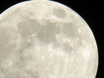 Το φεγγάρι στο νυχτερινό ουρανό Στοκ φωτογραφία με δικαίωμα ελεύθερης χρήσης