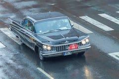 Το φεστιβάλ πόλεων και το αναδρομικό παλαιό αυτοκίνητο παρουσιάζουν Αναδρομικό αυτοκίνητο στην οδό, Λετονία Στοκ Εικόνες