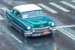 Το φεστιβάλ πόλεων και το αναδρομικό παλαιό αυτοκίνητο παρουσιάζουν Αναδρομικό αυτοκίνητο στην οδό, Latvi Στοκ φωτογραφία με δικαίωμα ελεύθερης χρήσης