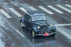 Το φεστιβάλ πόλεων και το αναδρομικό παλαιό αυτοκίνητο παρουσιάζουν Αναδρομικό αυτοκίνητο στην οδό, Latvi Στοκ Εικόνες