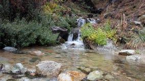 το φθινόπωρο έκανε νωρίς την εικόνα βουνών βουνών το πολικό ρεύμα φιλμ μικρού μήκους