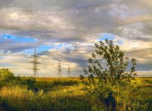 Το φθινόπωρο έρχεται, τον Αύγουστο άποψη ενός χρυσού λιβαδιού Ρωσία και τομέας κάτω από έναν θαυμάσιο νεφελώδη ουρανό στοκ φωτογραφία