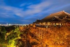 Το φθινόπωρο ζωηρόχρωμο με το φως παρουσιάζει στο ναό dera Kiyomizu στο Κιότο Στοκ εικόνα με δικαίωμα ελεύθερης χρήσης