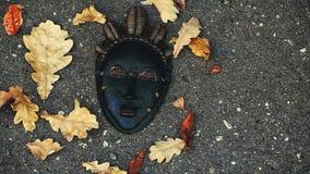 Το φθινόπωρο μασκών Carnaval βγάζει φύλλα το βράδυ μήκους σε πόδηα οδών της Μόσχας hd απόθεμα βίντεο
