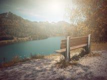 Το φθινόπωρο Πάγκος μύθου φαντασίας στο πάρκο με τη σκηνή ανατολής Στοκ φωτογραφία με δικαίωμα ελεύθερης χρήσης