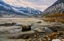 Το φθινόπωρο στον ανώτερο φθάνει του ποταμού Arhat Στοκ φωτογραφίες με δικαίωμα ελεύθερης χρήσης