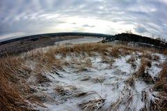 το φθινόπωρο συναντά το χ&epsilon Το χλόη-σκορπισμένο χιόνι Ουρανός ηλιοβασιλέματος Ευρεία γωνία Στοκ Φωτογραφία