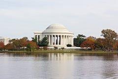 Το φθινόπωρο χρωμάτισε τα δέντρα γύρω από την αναμνηστική και παλιρροιακή λεκάνη του Thomas Jefferson στο Washington DC, ΗΠΑ στοκ εικόνα