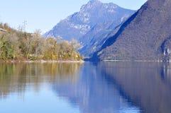 Το φθινόπωρο χρωματίζει - πανόραμα της λίμνης Idro το φθινόπωρο - το Brescia - Ital Στοκ Εικόνα