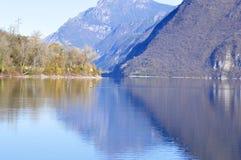 Το φθινόπωρο χρωματίζει - πανόραμα της λίμνης Idro το φθινόπωρο - το Brescia - Ital Στοκ εικόνες με δικαίωμα ελεύθερης χρήσης
