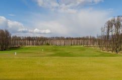 το φθινόπωρο χρωματίζει τα δέντρα άμμου γκολφ σημαιών πεδίων Στοκ φωτογραφία με δικαίωμα ελεύθερης χρήσης