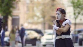 Το φιλικό άτομο mime δίνει στη φίλη του ένα σακάκι για θερμό αυτή απόθεμα βίντεο