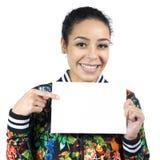Το φιλικό κορίτσι χαμογελά και δείχνει το κενό έμβλημα Νέο wearin γυναικών στοκ φωτογραφίες με δικαίωμα ελεύθερης χρήσης