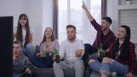 Το φιλικό κόμμα σχέσης στο σπίτι, ευτυχές άτομο φίλων με το θηλυκό επικοινωνεί και χαλαρώνοντας με την μπύρα και την πίτσα ενώ φιλμ μικρού μήκους