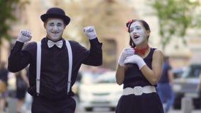 Το φιλικό mime δίνει στη φίλη του ένα καυτό τσάι για να την θερμάνει απόθεμα βίντεο