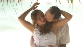 Το φιλί νεόνυμφων και αγκαλιάζει τη νύφη φιλμ μικρού μήκους
