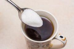 Το φλιτζάνι του καφέ και η κουταλιά της ζάχαρης, ζάχαρη χύνονται στο coff στοκ φωτογραφία με δικαίωμα ελεύθερης χρήσης