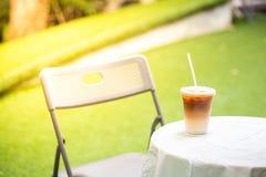 Το φλιτζάνι του καφέ που παγώνεται αργά στοκ φωτογραφίες