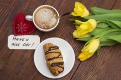 Το φλιτζάνι του καφέ, τουλίπες, έχει ένα συμπαθητικό μασάζ ημέρας και μια καρδιά Στοκ Εικόνα