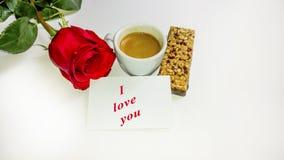 Το φλυτζάνι καφέ, κόκκινο αυξήθηκε, γλυκό nougat Στοκ φωτογραφία με δικαίωμα ελεύθερης χρήσης