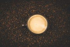 Το φλυτζάνι καφέ με τα φασόλια και λάμπει στοκ εικόνες με δικαίωμα ελεύθερης χρήσης