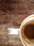 Το φλυτζάνι καφέ με τους λεκέδες καφέ δεν έχει πλύνει το φλυτζάνι που τοποθετείται Στοκ Φωτογραφία