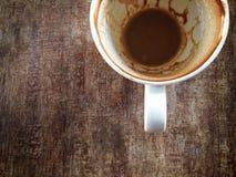 Το φλυτζάνι καφέ με τους λεκέδες καφέ δεν έχει πλύνει το φλυτζάνι που τοποθετείται Στοκ Εικόνες