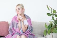 Το φλυτζάνι λαβής γυναικών κάλυψε το γενικό comfy εγχώριο ελεύθερο χρόνο στοκ φωτογραφία