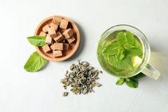 Το φλυτζάνι με το καυτό αρωματικό τσάι μεντών, ξεραίνει τα φύλλα Στοκ εικόνες με δικαίωμα ελεύθερης χρήσης