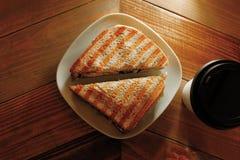 Το φλυτζάνι παίρνει μαζί τον καφέ και το σάντουιτς στο πιάτο Στοκ φωτογραφία με δικαίωμα ελεύθερης χρήσης