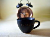 Το φλυτζάνι πρωινού του καυτού καφέ διευκολύνει το ξύπνημα και δίνει ένα συναίσθημα του cheerfulness στοκ φωτογραφίες