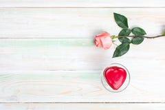 Το φλυτζάνι σοκολάτας δώρων καρδιών αγάπης βαλεντίνων αυξήθηκε ξύλο στοκ εικόνες