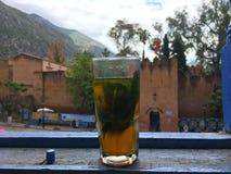 Το φλυτζάνι του μαροκινού τσαγιού μέσα η μπλε πόλη στο Μαρόκο Στοκ Φωτογραφία