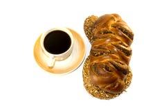 Το φλυτζάνι του μαύρου καφέ και του πλεγμένου ψωμιού με τους σπόρους παπαρουνών στο λευκό απομόνωσε το υπόβαθρο στοκ εικόνα με δικαίωμα ελεύθερης χρήσης