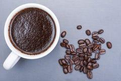 Το φλυτζάνι του Τούρκου παρασκεύασε και ολόκληρος καφές ψητού φασολιών οργανικός ομαλός μέσος σκοτεινός από Sumatra στη φυσική πέ στοκ εικόνες με δικαίωμα ελεύθερης χρήσης