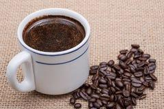 Το φλυτζάνι του Τούρκου παρασκεύασε και ολόκληρος καφές ψητού φασολιών οργανικός ομαλός μέσος σκοτεινός από Sumatra burlap στοκ εικόνες με δικαίωμα ελεύθερης χρήσης