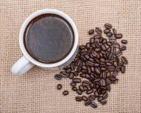 Το φλυτζάνι του Τούρκου παρασκεύασε και ολόκληρος καφές ψητού φασολιών οργανικός ομαλός μέσος σκοτεινός από Sumatra burlap στοκ εικόνα με δικαίωμα ελεύθερης χρήσης