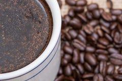 Το φλυτζάνι του Τούρκου παρασκεύασε και ολόκληρος καφές ψητού φασολιών οργανικός ομαλός μέσος σκοτεινός από Sumatra burlap στοκ φωτογραφία με δικαίωμα ελεύθερης χρήσης