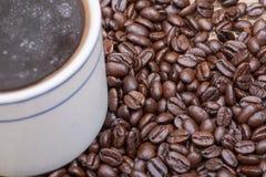 Το φλυτζάνι του Τούρκου παρασκεύασε και ολόκληρος καφές ψητού φασολιών οργανικός ομαλός μέσος σκοτεινός από Sumatra burlap στοκ εικόνες