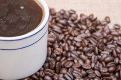 Το φλυτζάνι του Τούρκου παρασκεύασε και ολόκληρος καφές ψητού φασολιών οργανικός ομαλός μέσος σκοτεινός από Sumatra burlap στοκ φωτογραφίες