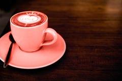 Το φλυτζάνι του cappuccino είναι στον ξύλινο πίνακα σύστασης στοκ εικόνες