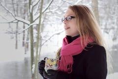 το φλυτζάνι φαίνεται όμορφη χειμερινή γυναίκα τσαγιού Στοκ Εικόνες