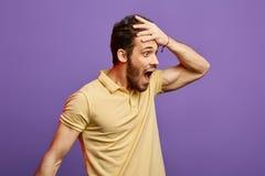 Το φοβησμένο άτομο με το ευρύ ανοικτό στόμα δεν μπορεί να πιστεψει σε κάτι στοκ φωτογραφίες